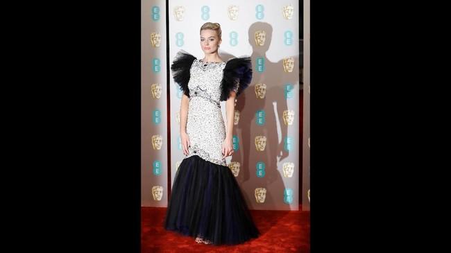 Margot Robbie hadir dengan menggunakan gaun tulle bergaya duyung dari Chanel haute couture.(Tolga AKMEN / AFP)