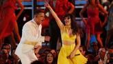 Aksi energik pertama sebagai pembuka Grammy Awards adalah penampilan Camila Cabello membawakan 'Havana' bersama Young Thug. Di tengah penampilan, muncul Ricky Martin dan J Balvin. Para musisi berdarah latin pun memeriahkan pembukaan Grammy Awards 2019. (REUTERS/Mike Blake)