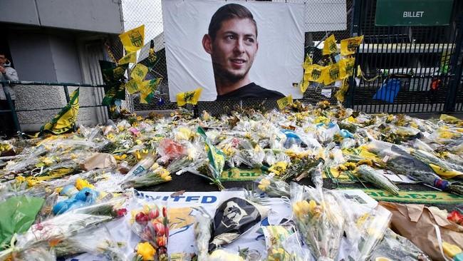 Karangan bunga serta foto poster Emiliano Sala memenuhi bagian luar Stadion Beaujoire-Louis Fonteneau ketika Nantes menjamu Nimes Olympique dalam lanjutan Ligue 1. (REUTERS/Stephane Mahe)