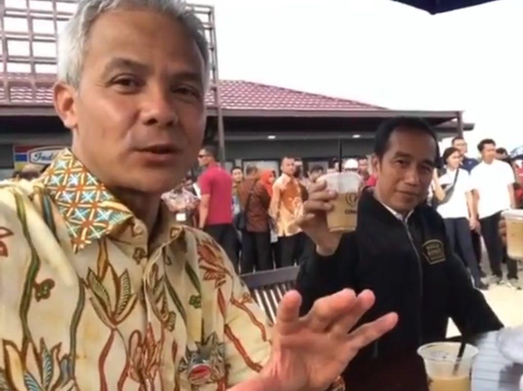 Begini keseruan Presiden Jokowi dan Ibu Negara Iriana saat menyeruput es kopi di rest area tol Kendal bareng Ganjar Pranowo usai meresmikan tujuh rial tol Transjawa. Es kopi yang diminumnya merupakan es kopi milik salah satu UMKM di sana. Foto: Instagram Ganjar Pranowo