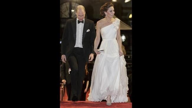 Kate Middleton Duchess of Cambridge tak kalah memukau dengan selebriti yang hadir di Bafta. Dia memakai gaun one shoulder putih panjang berbahan tafeta dari Alexander McQueen.(Photo by Tim Ireland / various sources / AFP)