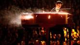 Dengan membawakan piano, Shawn Mendes tampil melodrama di atas panggung Grammy Awards 2019. Selain tampil sendiri, ia juga berduet dengan Miley Cyrus. (REUTERS/Mike Blake)