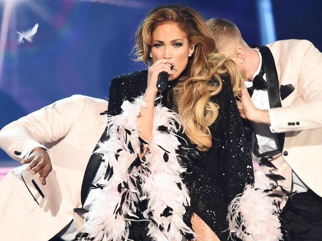 Menolak Tua, Jennifer Lopez tampil enerjik memeriahkan Grammy kemarin. Foto: Kevin Winter/Getty Images for The Recording Academy