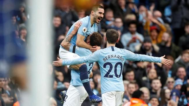 Ilkay Guendogan merayakan gol bersama Kyle Walker dan Bernardo Silva setelah membuat Man City unggul 4-0 pada menit ke-25. Keunggulan empat gol bertahan hingga babak pertama usai. (Action Images via Reuters/Carl Recine)