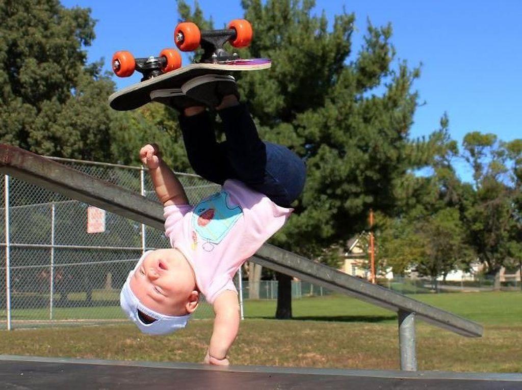 Salah satu foto bayi Ella saat melakukan aksi freestyle bermain skateboard. Istimewa/Dok. Boredpanda.