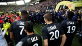 Seluruh pemain Nantes mengenakan seragam tanding berwarna hitam dengan nama punggung Sala sebagai bentuk penghormatan kepada Emiliano Sala yang telah meninggal dalam kecelakaan pesawat. (REUTERS/Stephane Mahe)