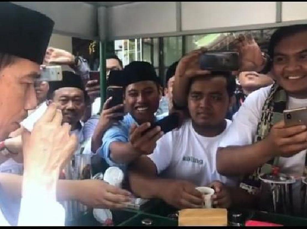 Akhir Desember lalu, orang nomor satu di Indonesia itu mencicip Koling alias Kopi Keliling di Madura. Kopi yang dicicipi Jokowi saat itu merupakan racikan kopi dari biji kopi robusta Jawa Timur. Foto: Instagram Jokowi