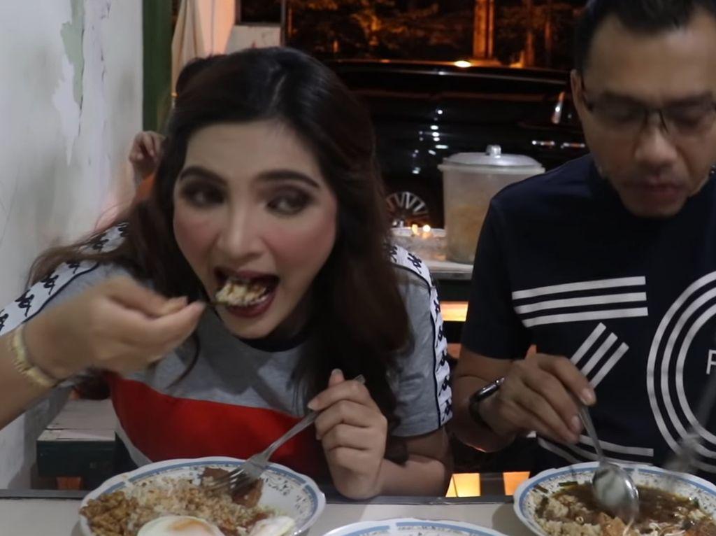 Di Warung Nasi Pak Eko Surabaya, Anang bersama Ashanty mencicip nasi dengan ragam lauk yang enak. Dijamin enak! Foto: YouTube The Hermansyah A6
