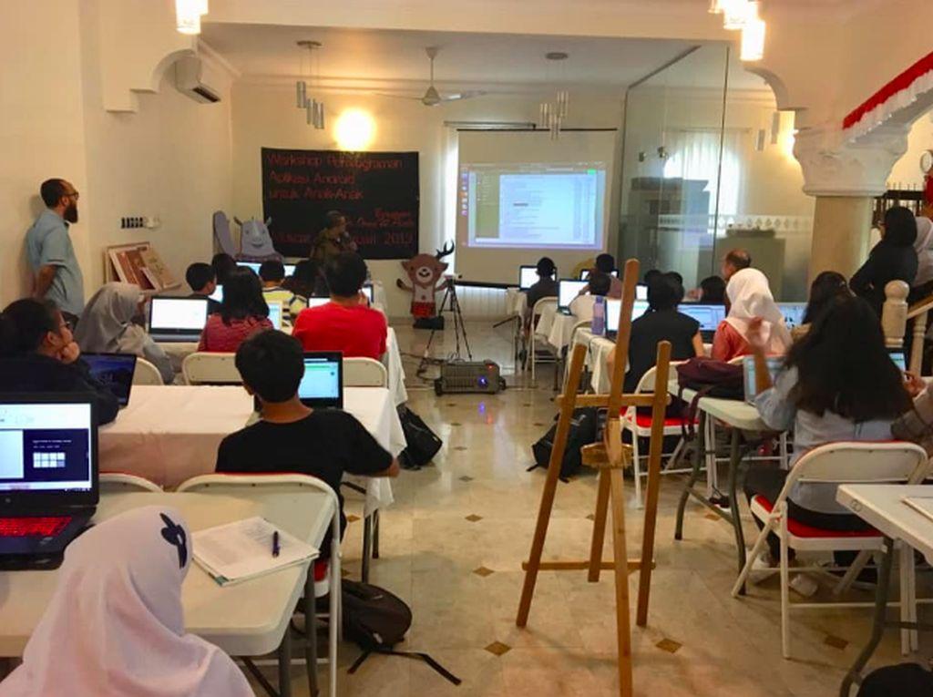 Anak-anak ini terbilang beruntung karena sudah belajar tentang teknik programming scratch untuk desktop atau komputer, sehingga cukup cepat untuk bisa menerima teknik programming MIT App Inventor 2. Foto: KBRI Muscat, Oman