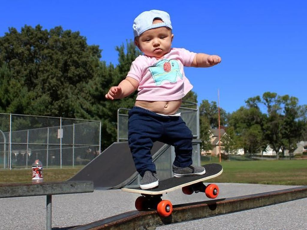 Seorang pria bernama Matt MacMillan mengabadikan foto-foto bayinya yang bernama Ella saat melakukan olahraga. Istimewa/Dok. Boredpanda.