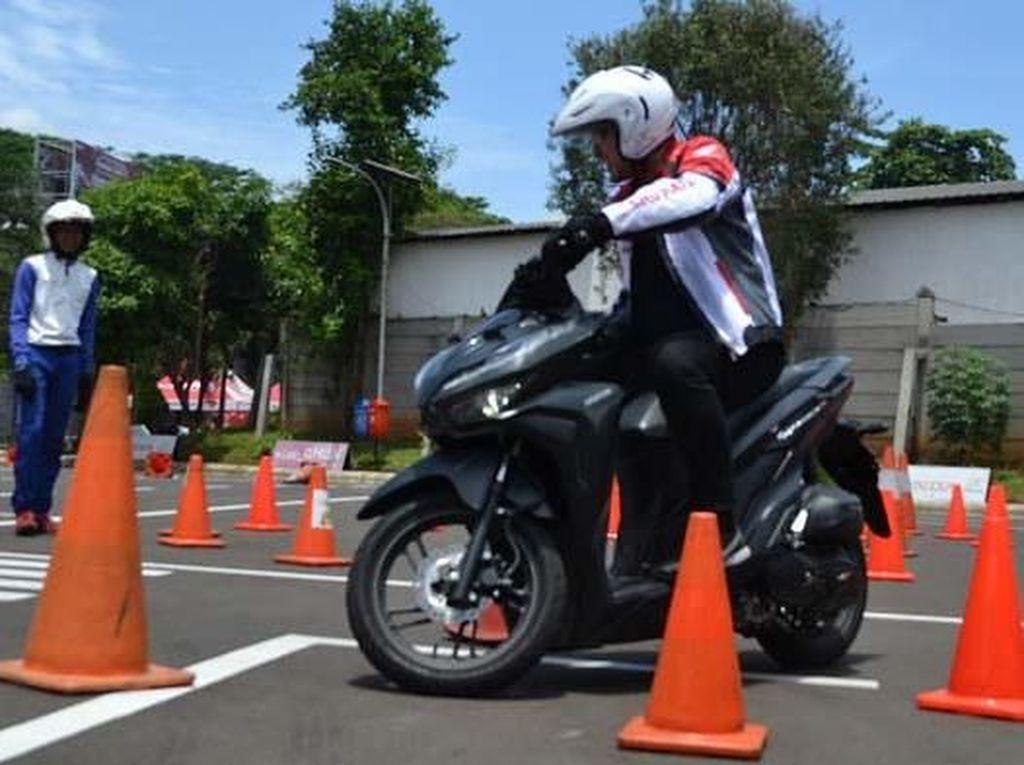 Kegiatan yang diikuti puluhan karyawan dan komunitas sepeda motor Honda ini berjalan selama dua hari pada 8 hingga 9 Februari 2019 di salah satu fasilitas safety riding terbaik di Indonesia versi Astra Honda Motor 2018, Wahana Safety Riding Center, Jatake Tangerang. Pool/WMS.