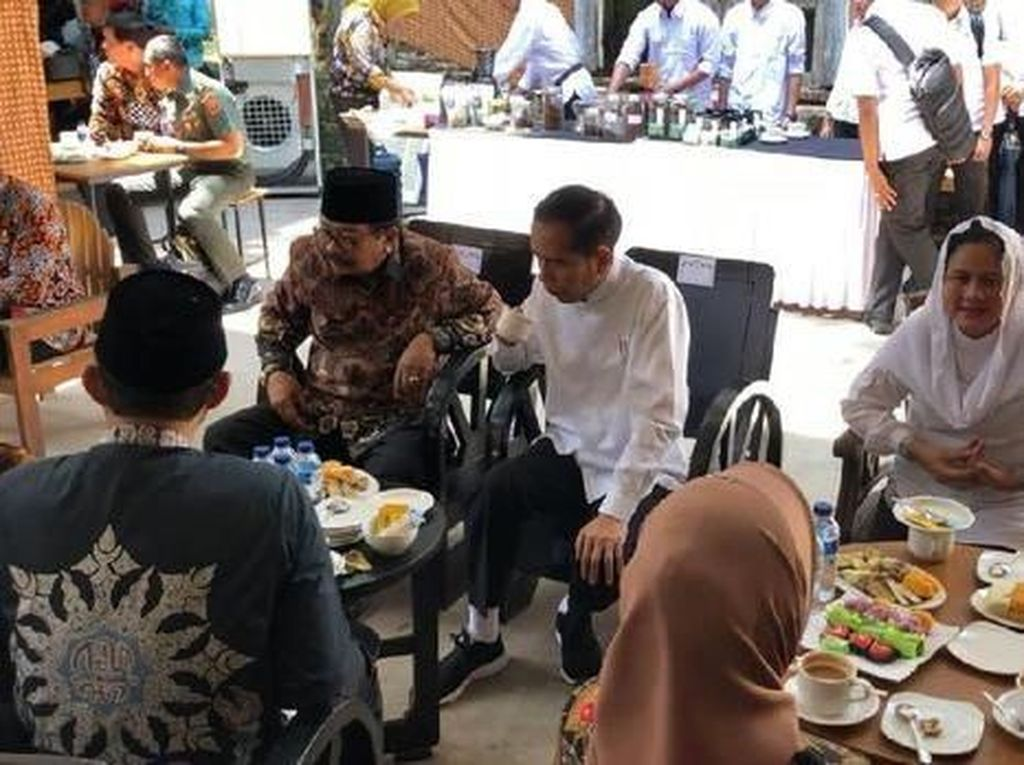 Ini momen saat Jokowi ngobrol sambil ngopi bersama Bupati Ngawi Budi Sulistiyono, Gubernur Jawa Timur Soekarwo dan Sekretaris Kabinet Pramono Anung saat mampir ke kantin yang ada di dalam bangunan dekat Benteng Pendem Van den Bosch, Ngawi, Jawa Timur. Foto: detikcom
