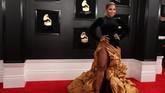 Ashanti 'mekar' di karpet merah dengan detail mengembang di bagian roknya. REUTERS/Lucy Nicholson