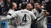 Cristiano Ronaldo (kanan) merayakan gol ke gawang Sassuolo. Ronaldo kini sudah mengoleksi 18 gol dan menjadi top skor sementara Liga Italia. (Miguel MEDINA / AFP)