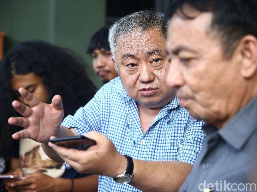 Menurut Lieus, penangguhan dilakukan karena peradilan Dhani di Pengadilan Negeri Surabaya adalah sesat.