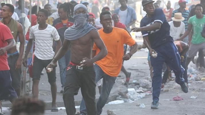 Warga Protes dan Bakar Ban Gara-gara Inflasi Melonjak