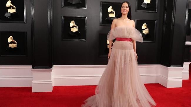 Kacey Musgraves berhasil membuat gaun bergaya klasik berbahan tule dari Valentino mengguncang panggung. Gaya elegan namun lembut dan sensual REUTERS/Lucy Nicholson