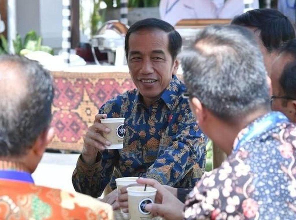 Usai mengikui pertemuan tahunan IMF-World Bank di Bali Nusa Dua Convention Center (BNDCC) Oktober 2018, Presiden Jokowi ngopi bareng para menteri. Foto: Laily Rachev - Biro Pers Setpres