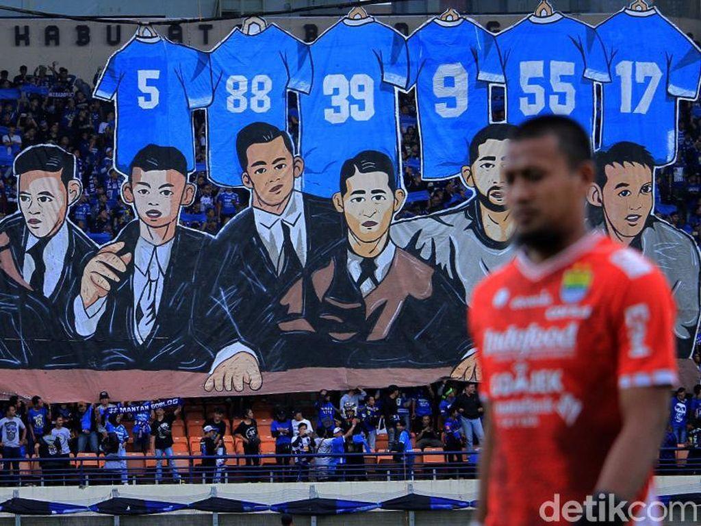 Stadion Si Jakal Harupat nampak menjadi lautan biru dipenuhi oleh Bobotoh, suporter Persib Bandung.