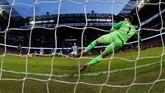 Sergio Aguero mencetak gol dari titik putih untuk melengkapi hattrick dalam laga ini, sekaligus trigol ke-11 dalam Liga Inggris. (REUTERS/Phil Noble)