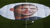 Foto poster Sala menutupi lingkaran tengah lapangan Stadion Beaujoire-Louis Fonteneau sebelum pertandingan dimulai. (REUTERS/Stephane Mahe)