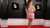 Si pink Anna Kendrick memilih gaun mini dengan tambahan bulu-bulu pink. REUTERS/Lucy Nicholson