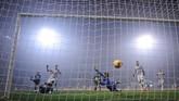Juventus mencetak gol pertama pada menit ke-23 melalui Sami Khedira yang memanfaatkan bola rebound hasil tendangan Ronaldo. (REUTERS/Alberto Lingria)
