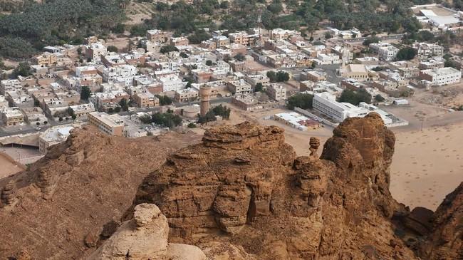 Al Ula adalah sebuah kota yang dibangun dari bebatuan raksasa di tengah padang pasir. (REUTERS/Faisal Al Nasser)
