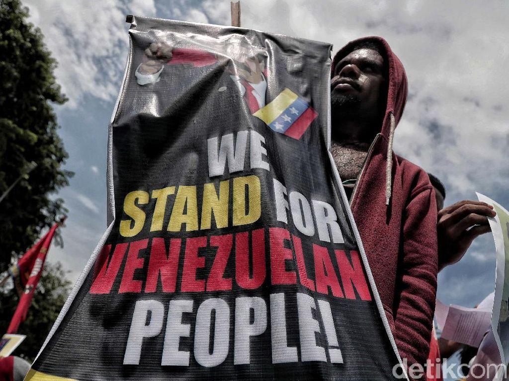 Mereka juga mengkritik pemerintahan Indonesia yang diangggap diam saja terkait blokade ekonomi Amerika terhadap Venezuela serta meminta dukungan kepada warga Indonesia untuk memberikan solidaritas kepada rakyat Venezuela.