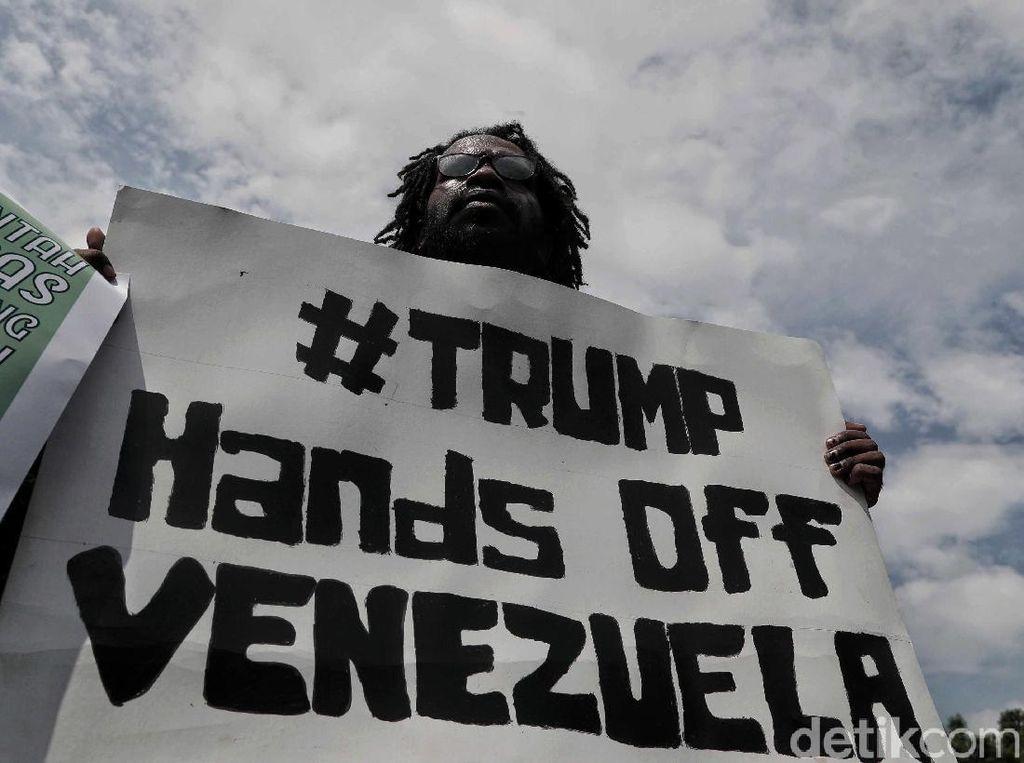 Dalam aksi tersebut para peserta aksi menyatakan sikap yakni menolak intervensi Amerika terhadap pelanggaran kedaulatan rakyat Venezuela, dan menolak pernyataan Uni Eropa yang mengancam Venezuela dalam hal pemilu ulang.
