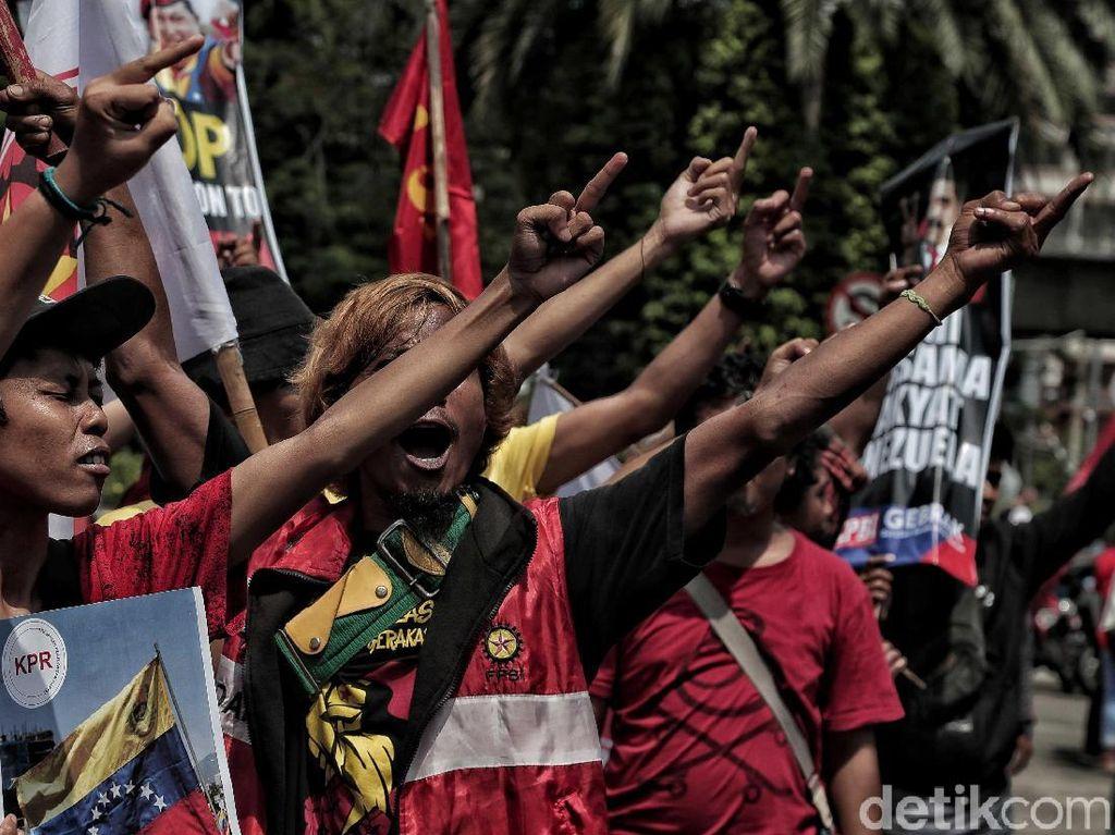 Para peserta aksi pun melemparkan jari tengah mereka ke kedubes AS sebagai bentuk kecaman atas intervensi yang dilakukan AS untuk menggulingkan pemerintahan Nicolas Maduro dan membuat gesekan semakin parah diantara pendukung Maduro dan pendukung Pemimpin opsisiVenezuela Juan Guaido.