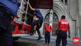 Petugas mempersiapkan armada PMK yang digunakan untuk menyemprot air membersihkan halaman Katedral, Jakarta Pusat, dalam kegiatan Grebek Bersih menyambut HUT ke-100 Damkar. (CNN Indonesia/Adhi Wicaksono)