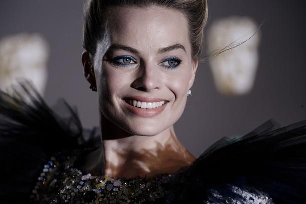 Garis Wajah Margot Robbie, Si Boneka Barbie