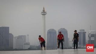 FOTO: Usaha Pemadam Kebakaran Bersihkan Istiqlal dan Katedral