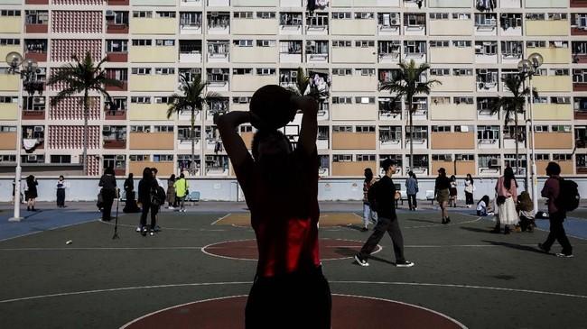 Para pengritik mengatakan, keramaian turis terasa ironis dengan kondisi kemiskinan dan mahalnya biaya sewa hunian di Hong Kong.