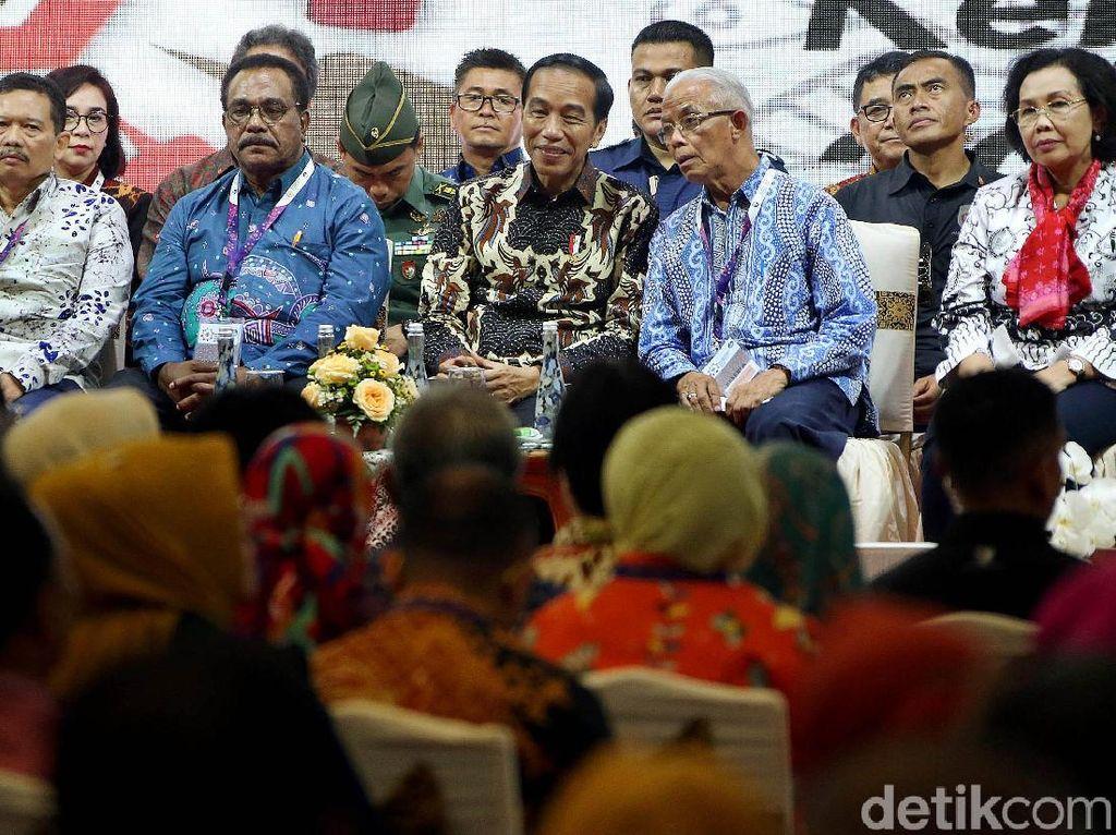 Presiden Joko Widodo (Jokowi) mengatakan pemerintah akan fokus pada pembangunan sumber daya manusia (SDM) mulai 2019. Salah satu penunjangnya, Jokowi ingin guru keterampilan diperbanyak untuk meningkatkan kreativitas SDM Indonesia.