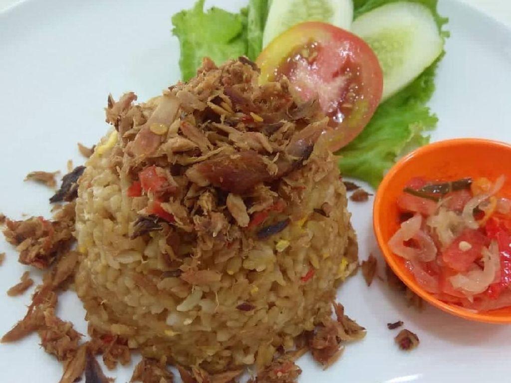 Ikan cakalang yang renyah gurih dengan aroma smoky paling cocok dipadu dengan sambal. Kali ini nasi goreng cakalang disajikan dengan sambal matah. Nyam! Foto: Instagram @tekmigo