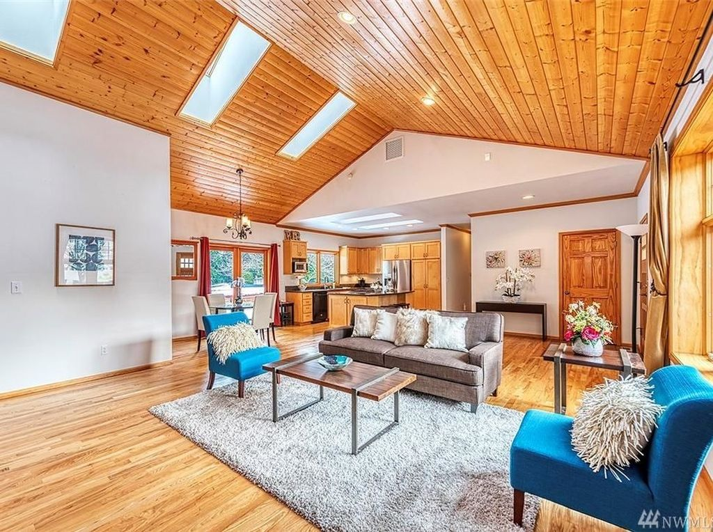 Ini merupakan potret ruang tamu dari hunian yang berada di Bellevue, Washington, Amerika Serikat itu yang dijual dengan harga hampir USD 1,5 juta, atau sekitar Rp 21 miliar. Foto: John L. Scott Real Estate