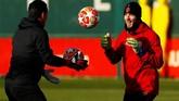 Meski tak ada Neymar dan Edinson Cavani, lini pertahanan Manchester United tetap tak bisa menganggap remeh Paris Saint-Germain. (Reuters/Jason Cairnduff)