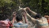 Biasanya ikan yang ditangkap adalah ikan lele atau ikan gabus. (TANG CHHIN Sothy / AFP)