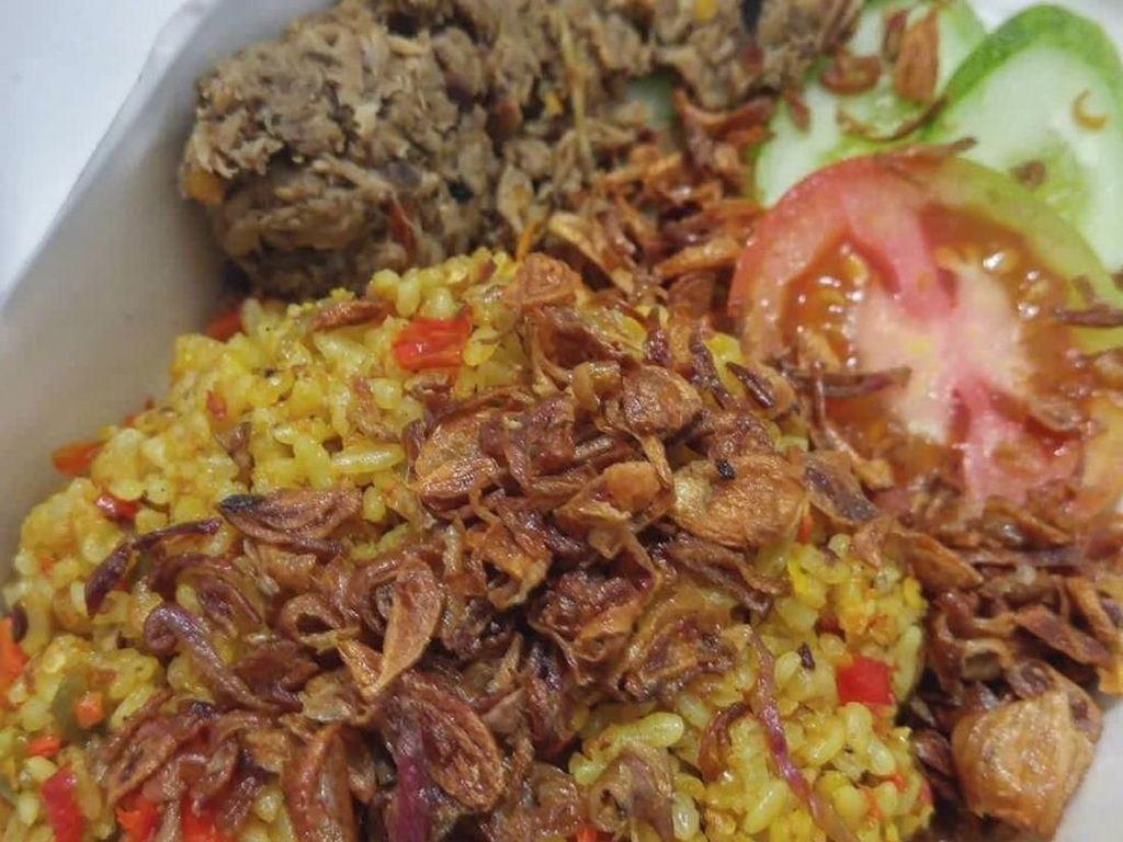 Nasi goreng dibumbui dengan kunyit dan cabe dan toppingnya sambal cakalang fufu. Wah, sedapnya! Foto: Instagram @djakarte