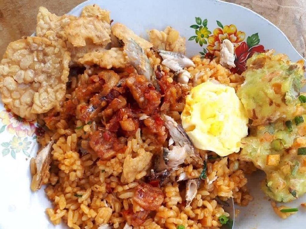 Nyam! Selain cakalang fufu, nasi goreng ditambah lauk telur mata sapi dan gorengan. Dijamin kenyang! Foto: Instagram @teny88