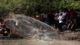 Ratusan warga yang mayoritas berprofesi sebagai petani turun bersama ke sungai untuk 'berlomba' menangkap ikan dengan keranjang bambu. (REUTERS/Samrang Pring)