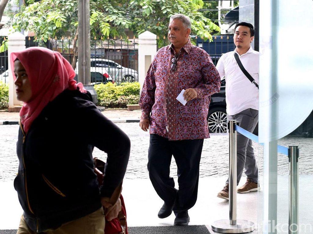 Sofyan Basir mengenakan kemeja lengan panjang bermotif batik saat menghadiri sidang lanjutan Idrus Marham.