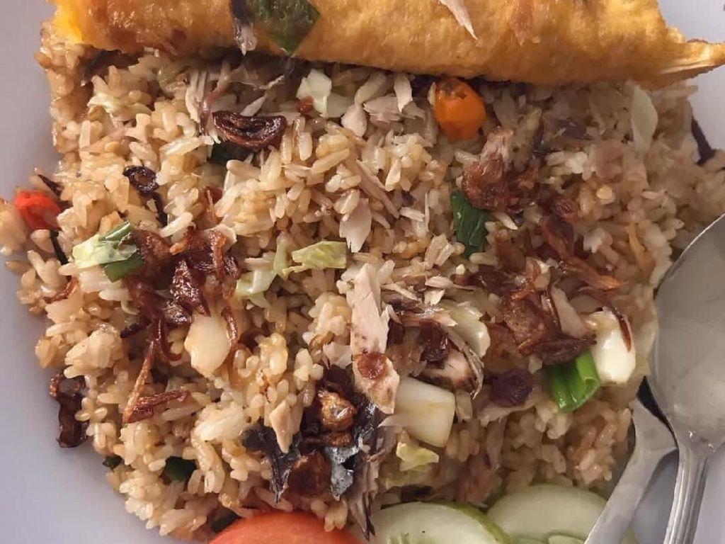 Diaduk dengan nasi dan tambahan irisan cabai, ikan cakalang yang beraroma wangi asap enak dimakan dengan telor dadar. Mari sarapan. Foto: Instagram @makan_mari_makan