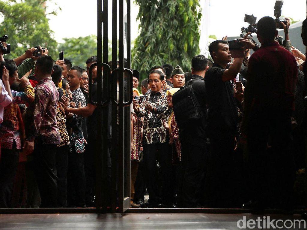 Ke depan, lanjut Jokowi, dia meminta ada koordinasi yang baik antara pemerintah pusat, yakni Kemendikbud, dan pemerintah daerah, baik dinas di provinsi maupun kabupaten dan kota. Dia juga meminta apa yang menjadi tugas pemerintah pusat dan pemerintah daerah harus diperjelas.