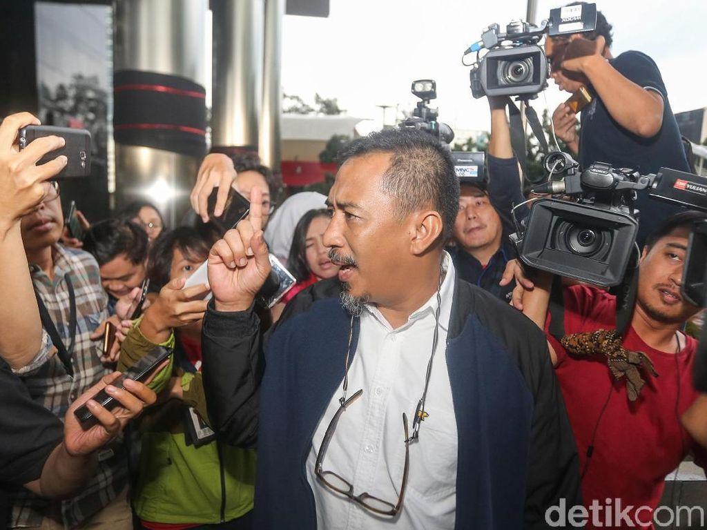Lengkapin yang kemarin saja. Cuma penambahan, 3 pertanyaan saja tadi, kata Ahmad Riski saat keluar dari Gedung KPK, jalan Kuningan Persada, Jakarta Selatan, Selasa (12/2/2019).