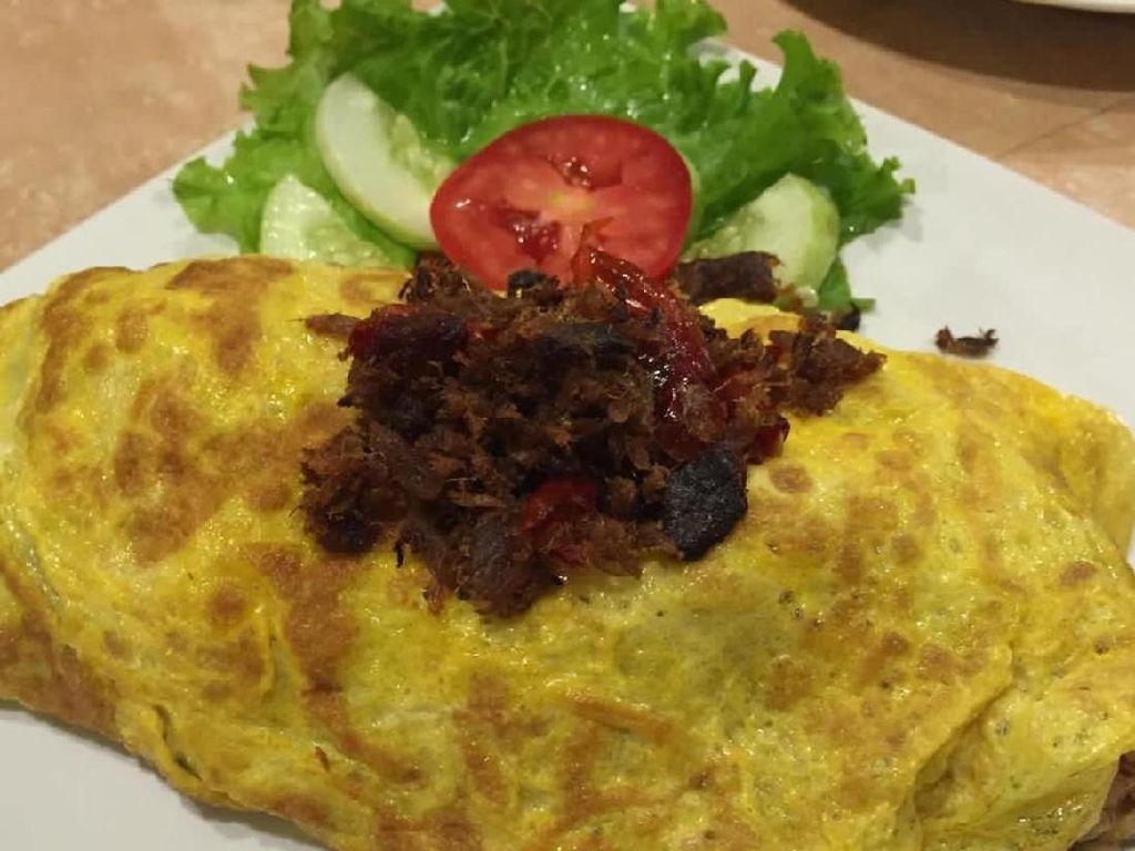 Nasi gorengnya dibungkus omelet dan ditaburi sambal cakalang super pedas. Mantap betul! Foto: Instagram @goestiwijoyo