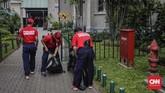 Petugas membersihkan halaman Gereja Katedral dalam rangka menyambut HUT ke-100 Damkar.Pada 1917 pemerintah Hindia Belanda kemudian mengeluarkan staadsblad 1917 No. 602 yang memisahkan pemadam kebakaran sipil dan militer. (CNN Indonesia/Adhi Wicaksono)