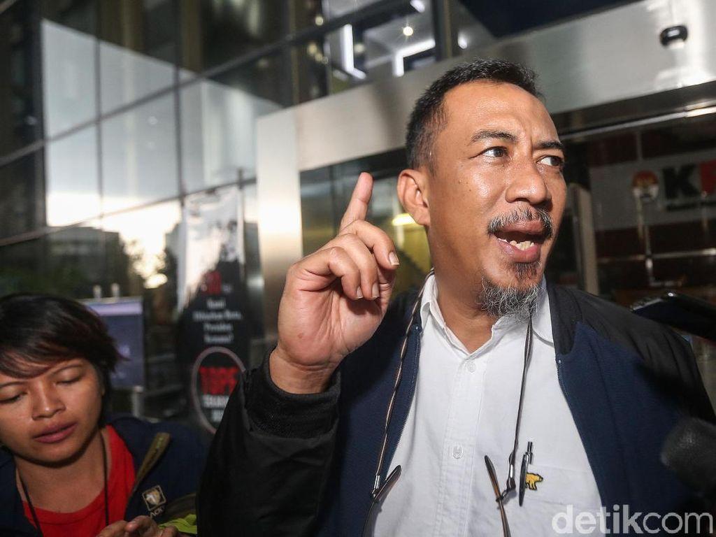 Ahmad Riski Sadig keluar gedung KPK usai menjalani pemeriksaan.
